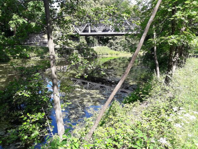 Stahlbrücke über altem Kanal