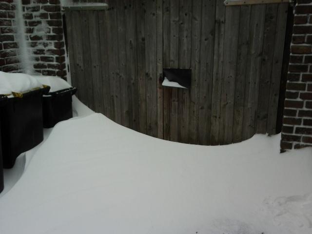 Schuppen mit Schneeverwehung vor dem Tor
