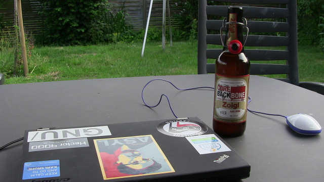 Flasche Bier im Garten